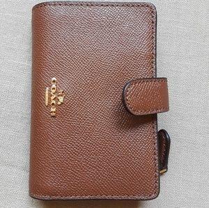 Saddle 2 medium corner zip in croosgrain leather